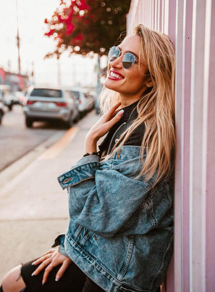 blondine-lächeln-sonnenbrille